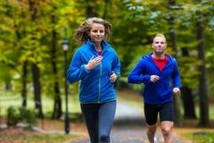 夫妇赛跑,跳跃室外 免版税图库摄影