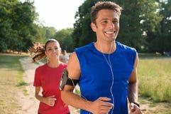 年轻夫妇赛跑 库存图片