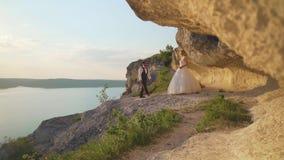 夫妇走出去到海洋峭壁,一起采取视线内 t 股票录像