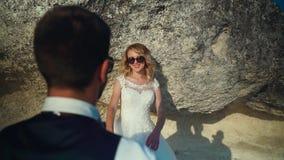 夫妇走出去到海洋峭壁,一起采取视线内 t 股票视频