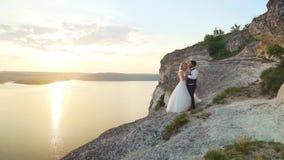 夫妇走出去到海洋峭壁,一起采取视线内 t 影视素材