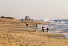 夫妇走在海滩 库存照片