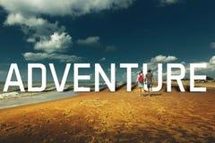 年轻夫妇走沿桑迪岸,背面图的Enjoyng 走一起远足旅途概念 图库摄影