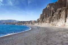 年轻夫妇走的海岸 免版税库存照片