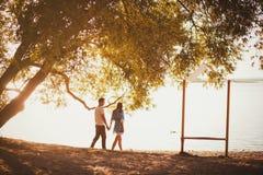 夫妇走的年轻人 库存图片