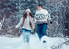 夫妇跑并且投掷雪 库存照片