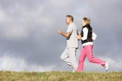 夫妇跑步的公园前辈 免版税库存图片