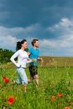 夫妇跑步的外部嬉戏年轻人 图库摄影