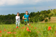 夫妇跑步的外部嬉戏年轻人 库存图片