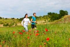 夫妇跑步的外部嬉戏年轻人 库存照片