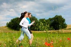 夫妇跑步的外部嬉戏年轻人 免版税图库摄影