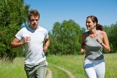 夫妇跑步的本质嬉戏春天 免版税库存照片