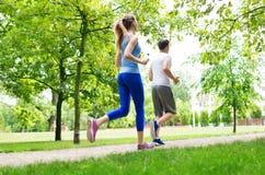 夫妇跑步 免版税库存照片