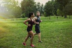 夫妇跑步 免版税图库摄影