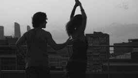 年轻夫妇跳舞剪影在日落的 股票录像