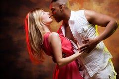 年轻夫妇跳舞加勒比辣调味汁 库存照片