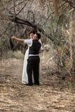 夫妇跳舞在森林里 免版税库存图片
