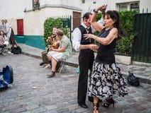 夫妇跳舞对街道在蒙马特的音乐家的爵士乐在巴黎 免版税库存图片