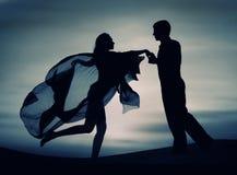 夫妇跳舞日落 免版税库存图片