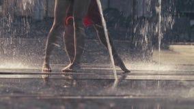 年轻夫妇跳舞的腿在喷泉的 影视素材