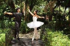 夫妇跳舞芭蕾在公园 免版税库存照片