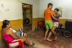 年轻夫妇跳舞辣调味汁在La的瓜希拉省,哥伦比亚恶劣的房子里 免版税图库摄影