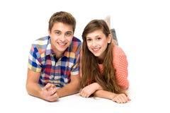 夫妇躺下的年轻人 免版税库存照片