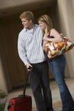 夫妇运载的行李 免版税图库摄影