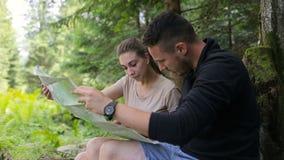 年轻夫妇远足者在寻找路线图的森林 影视素材