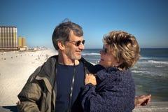夫妇退休的假期冬天 库存图片