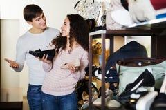 夫妇选择夏天妇女鞋子 免版税库存照片