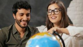 夫妇选择旅行目的地 股票视频