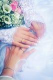夫妇递婚礼 库存照片