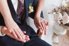 夫妇递婚礼 免版税库存照片