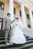 夫妇递结婚的纵向 库存照片