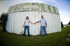 夫妇递藏品年轻人 免版税库存照片