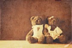 夫妇逗人喜爱玩具熊拥抱 免版税库存照片