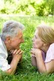 夫妇逗人喜爱的年长的人 免版税图库摄影