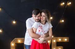 夫妇逗人喜爱的爱 St华伦泰` s天,国际妇女` s天生日假日概念 图库摄影
