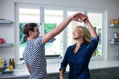 夫妇逗人喜爱的跳舞 免版税库存照片