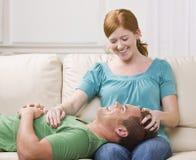 夫妇逗人喜爱lounging 库存照片