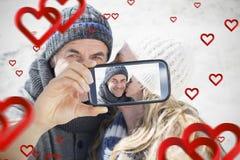 夫妇采取华伦泰selfie 免版税库存照片