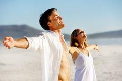 夫妇释放重点年轻人 免版税图库摄影