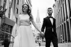 夫妇重点前面纵向妇女年轻人 室外婚礼的照片 免版税库存照片