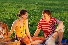 夫妇野餐 免版税库存照片