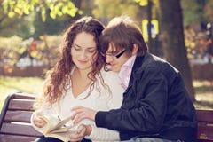 夫妇阅读书 免版税库存照片