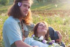夫妇阳光倾心的嬉皮 免版税库存图片