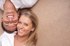 夫妇难倒位于的年轻人 图库摄影