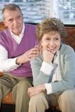 夫妇集中一起坐妇女的前辈 免版税库存照片