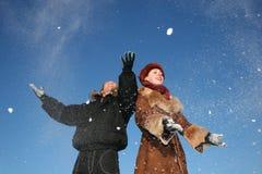 夫妇雪投掷冬天 免版税库存图片